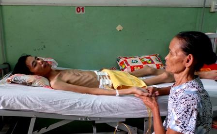 Mẹ nghèo khóc lặng trước cơ thể da bọc xương của con