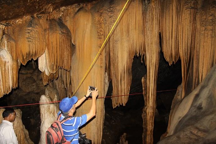 Chủ tịch tỉnh băng rừng khám phá hang động