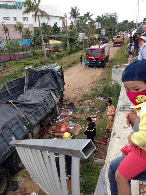 Xe tải chở trái cây bị lật ở Quảng Trị