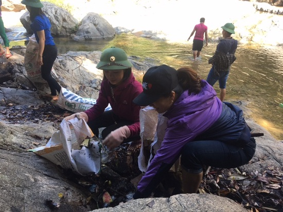 """Tổ chức """"Chiến dịch thu gom rác"""" tại thác Chênh Vênh"""