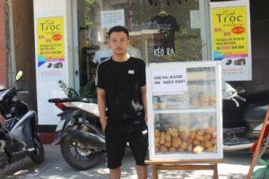 Quảng Trị: Ấm áp thùng bánh mì miễn phí của anh chủ trẻ