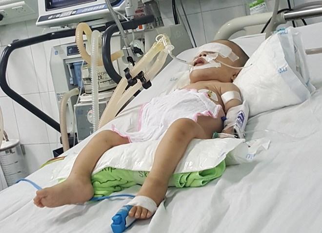 """Ứa nước mắt nhìn bé gái 3 tuổi chỉ nặng 7kg, suốt ngày """"thoi thóp"""""""